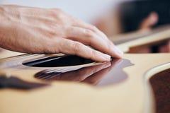 Hand van een gitarist, close-upgitaar, snaren, koorden royalty-vrije stock afbeeldingen