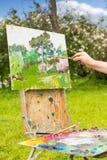 Hand van een kunstenaar in openlucht Stock Afbeeldingen