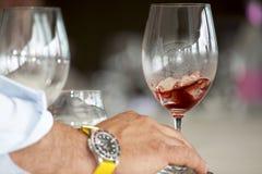 Hand van een mens met een glas vermouth royalty-vrije stock foto