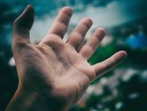 Hand van een mens op dark Royalty-vrije Stock Afbeeldingen