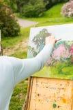 Hand van een vrouwenkunstenaar in openlucht Stock Fotografie