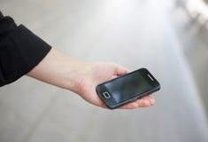 Hand van een zakenman die mobiel houden Stock Foto