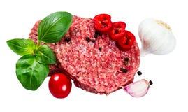Hand - van Fijngehakt Rundvlees, de pasteitjes van Varkensvleesburgers met Basilicum, knoflook, peper, tomaat en gesneden Spaanse Royalty-vrije Stock Foto