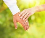 Hand van gehuwde mensen stock foto's
