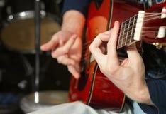 Hand van gitarist Royalty-vrije Stock Foto's
