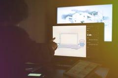 hand van grafische ontwerper die een schets maken die touch screenruit gebruiken stock foto's