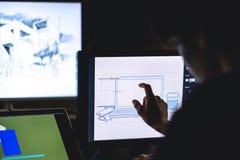 hand van grafische ontwerper die een schets maken die touch screenruit gebruiken royalty-vrije stock afbeeldingen