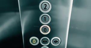 Hand van het aantal van de mensendrukknop lift dat van eerst aan eerste verdieping, zaken uitgaat en stock video