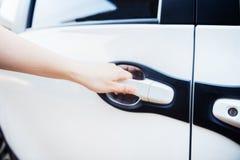 Hand van het handvat van de vrouwenholding van de deur van de auto royalty-vrije stock foto