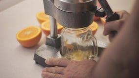 Hand van het proces de verse jus d'orange stock footage