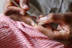 Hand van het snijden houten Boedha beeld Stock Afbeeldingen