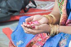 Hand van Indische Bruidmoeder is zij Perfoming een Haar Douters-Huwelijken Retuals Royalty-vrije Stock Afbeelding