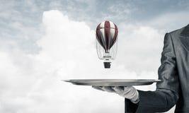 Hand van kelner die ballon op dienblad voorstellen Royalty-vrije Stock Foto