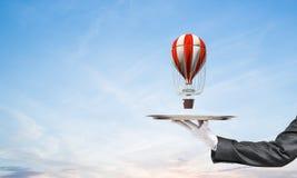Hand van kelner die ballon op dienblad voorstellen Stock Afbeeldingen