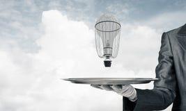 Hand van kelner die ballon op dienblad voorstellen Stock Fotografie