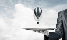 Hand van kelner die ballon op dienblad voorstellen Royalty-vrije Stock Afbeelding