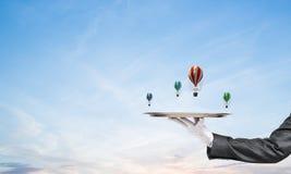 Hand van kelner die ballons op dienblad voorstellen Stock Afbeelding