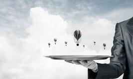 Hand van kelner die ballons op dienblad voorstellen Royalty-vrije Stock Foto's