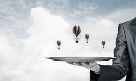 Hand van kelner die ballons op dienblad voorstellen Stock Afbeeldingen