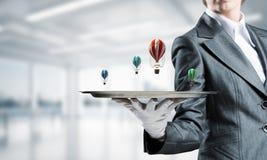 Hand van kelner die ballons op dienblad voorstellen Royalty-vrije Stock Afbeelding