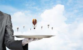 Hand van kelner die ballons op dienblad voorstellen Royalty-vrije Stock Afbeeldingen