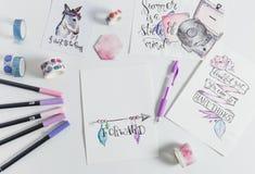 Hand van letters voorziende werkruimte met citaten stock foto