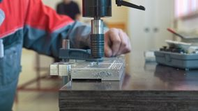 Hand van mannelijke arbeider op de fabriek van metaalbewerkende machine stock video