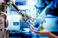 Hand van mannelijke ingenieur die die cpu-bewerker sturen naar robot voor verbetering royalty-vrije stock foto