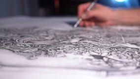 Hand van mannelijke kunstenaarstekening bij document prachtig patroon in zijn studio stock videobeelden