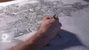 Hand van mannelijke kunstenaarstekening bij document prachtig patroon in zijn studio stock footage