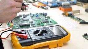 Hand van mannelijke technologie-het testen motherboard stock video