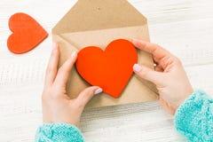 Hand van meisje het schrijven liefdebrief op de Valentijnskaartendag van Heilige Handma Stock Foto's