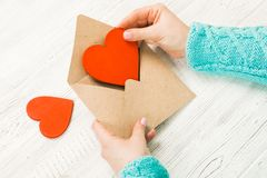 Hand van meisje het schrijven liefdebrief op de Valentijnskaartendag van Heilige Handma Stock Afbeelding