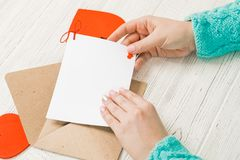 Hand van meisje het schrijven liefdebrief op de Valentijnskaartendag van Heilige Handma Stock Fotografie
