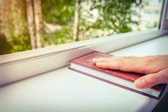 Hand van meisje op boek Stock Foto