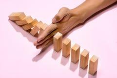 Hand van omvergeworpen de domino's ononderbroken van het zakenmaneinde Royalty-vrije Stock Fotografie