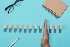 Hand van omvergeworpen de domino's ononderbroken van het zakenmaneinde Royalty-vrije Stock Afbeelding