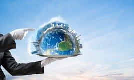 Hand van serveerster die Aardebol op dienblad voorstellen Stock Afbeelding