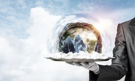 Hand van serveerster die Aardebol op dienblad voorstellen Royalty-vrije Stock Foto's