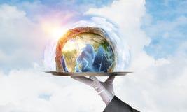 Hand van serveerster die Aardebol op dienblad voorstellen Royalty-vrije Stock Afbeelding