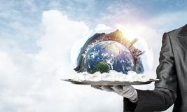 Hand van serveerster die Aardebol op dienblad voorstellen Stock Foto