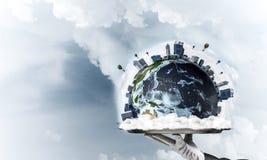 Hand van serveerster die Aardebol op dienblad voorstellen Royalty-vrije Stock Afbeeldingen