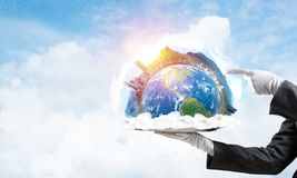 Hand van serveerster die Aardebol op dienblad voorstellen Royalty-vrije Stock Foto