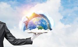 Hand van serveerster die Aardebol op dienblad voorstellen Stock Foto's