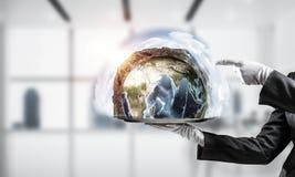 Hand van serveerster die Aardebol op dienblad voorstellen Royalty-vrije Stock Fotografie