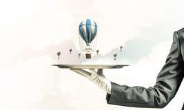 Hand van serveerster die ballons op dienblad voorstellen Stock Foto's