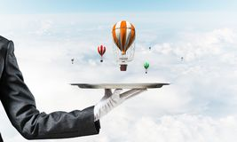 Hand van serveerster die ballons op dienblad voorstellen Stock Foto