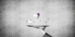 Hand van serveerster die ballons op dienblad voorstellen Royalty-vrije Stock Afbeeldingen