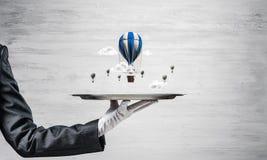 Hand van serveerster die ballons op dienblad voorstellen Royalty-vrije Stock Foto's