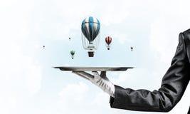 Hand van serveerster die ballons op dienblad voorstellen Stock Afbeeldingen
